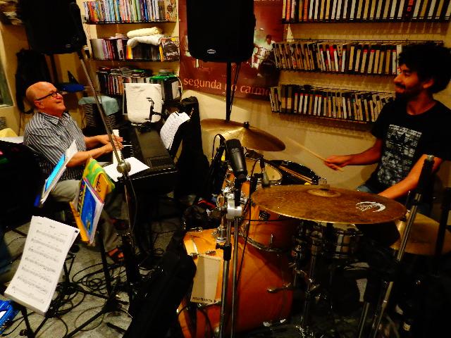 O músico Roberto Sion e o baterista Vitor Cabral ensaiando no estúdio Casinha, em São Paulo (Foto: Carlos Bozzo Junior)