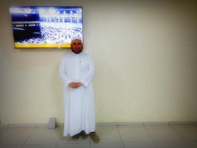 O xeque Rodrigo Rodrigues diante do monitor de TV que transmite  imagens de Meca (Foto: Carlos Bozzo Junior)