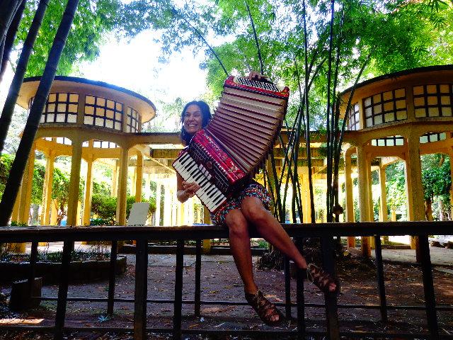 Cris Miguel e seu acordeom, no parque da Água Branca (Foto: Carlos Bozzo Junior)