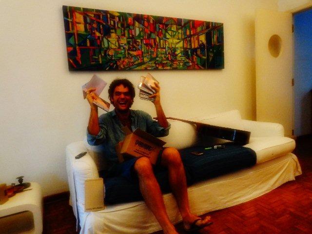 O compositor Chico Salem, em sua casa em São Paulo, recebendo um lote de seu novo disco (Foto: Carlos Bozzo Junior)