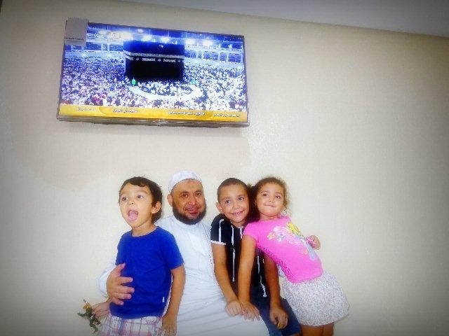 O xeque e seus filhos Omar, 3, Abdul Rahman,8, e Marian, 5 (Foto: Carlos Bozzo Junior)