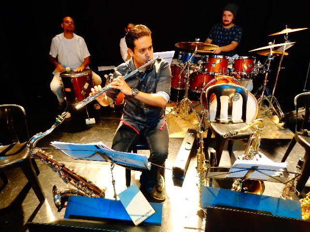 O flautista e saxofonista Tércio Guimarães e integrantes da orquestra JuruFrevo (Foto: Carlos Bozzo Junior)