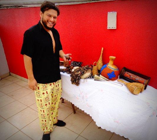 O percussionista Amoy Ribas e seus instrumentos (Foto: Carlos Bozzo Junior)