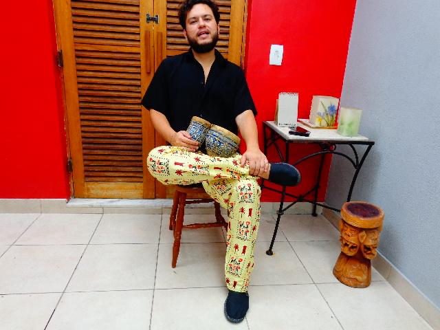 Amoy Ribas com seu primeiro instrumento, um bongô marroquino (Foto: Carlos Bozzo Junior)