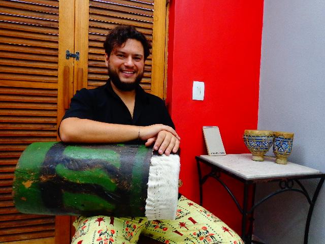 O músico com o roncador centenário (Foto: Carlos Bozzo Junior)