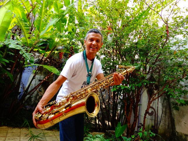 Zé Pitoco e um de seus instrumentos, o sax tenor (Foto: Carlos Bozzo Junior)