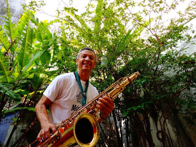 O saxofonista Zé Pitoco tocando para o Música em Letras (Foto: Carlos Bozzo Junior)