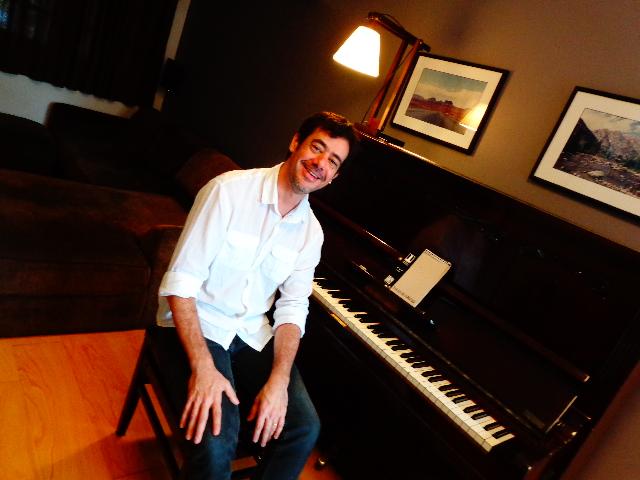 O pianista Tony Berchmans em sua casa, em São Paulo (Foto: Carlos Bozzo Junior)