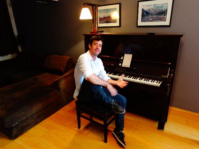 O músico na sala de sua casa (Foto: Carlos Bozzo Junior)
