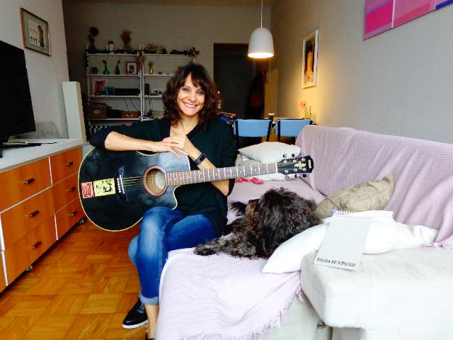 A cantora Blubell em seu apartamento, em São Paulo (Foto: Carlos Bozzo Junior)