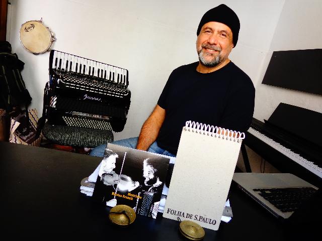 """O músico Toninho Ferragutti ouvindo, às cegas, o CD """"Mestrinho e Nicolas Krassik"""" (Foto: Carlos Bozzo Junior)"""