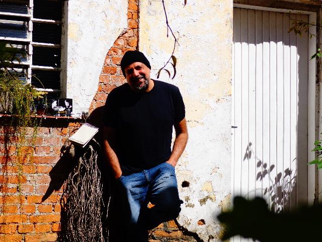 O acordeonista em sua casa, em São Paulo (Foto: Carlos Bozzo Junior)