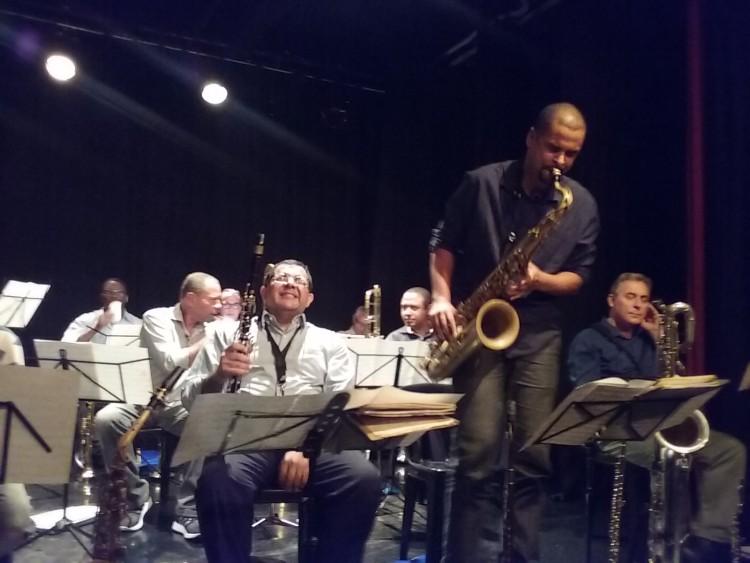 Da esquerda para a direita, à frente, o músico Proveta curtindo o solo do saxofonista Josué dos Santos, da banda Mantiqueira (Foto: Carlos Bozzo Junior)