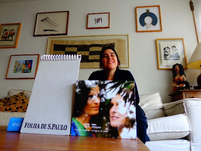 """A cantora Mônica Salmaso ouvindo o CD """"Miragem de Inaê"""" (Foto: Carlos Bozzo Junior)"""