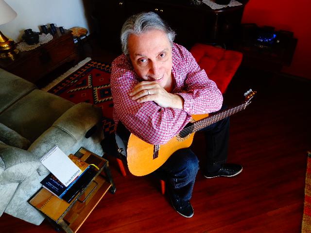 O cantor Zé Luiz Mazziotti, em seu apartamento (Foto: Carlos Bozzo Junior)