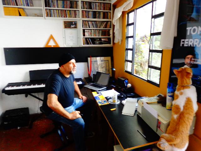 O músico Toninho Ferragutti, em seu estúdio, com o gato Café (Foto: Carlos Bozzo Junior)