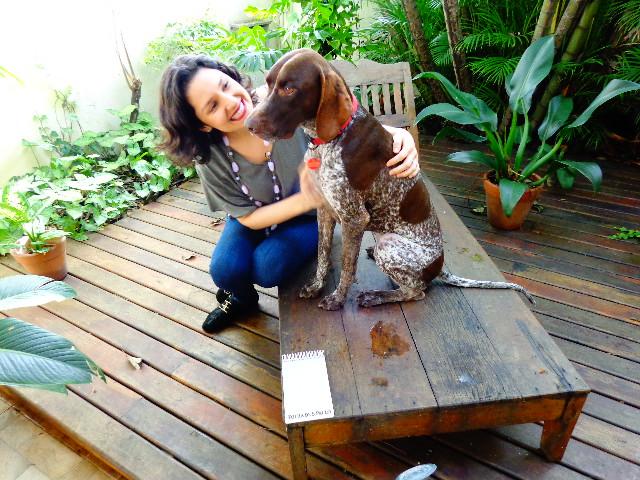 A cantora e atriz Rita Gullo, ao lado da cadela Margot (Foto: Carlos Bozzo Junior)