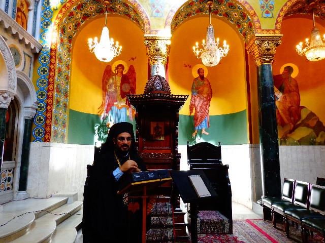 O bispo da Igreja ortodoxa Antioquina de São Paulo no interior da catedral (Foto: Carlos Bozzo Junior)