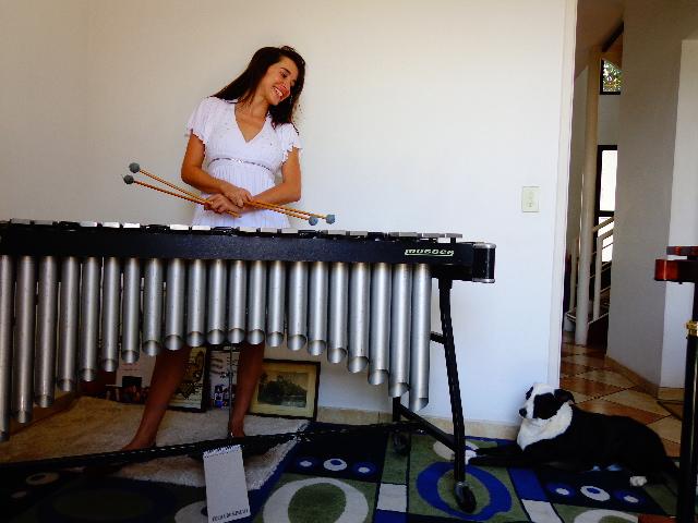 A percussionista e atriz Nath Calan com a cadela Latika (Foto: Carlos Bozzo Junior)