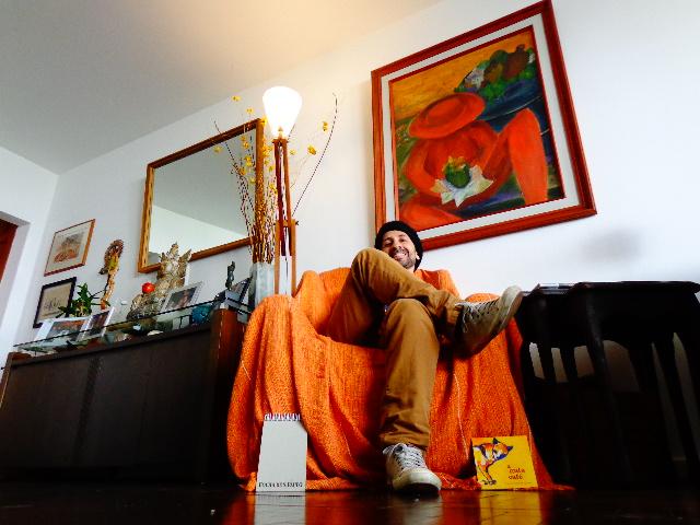"""O músico André Marques ouvindo o CD """"A Gata Café"""", de Toninho Ferragutti Quinteto (Foto: Carlos Bozzo Junior)"""