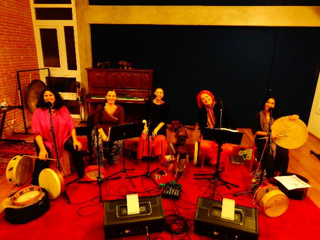 Cinco das seis integrantes do Mawaca na sede do grupo (Foto: Carlos Bozzo Junior)