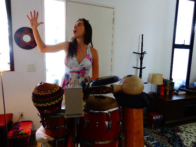 Nath Calan ensaiando com seu set de percussão (Foto:Carlos Bozzo Junior)