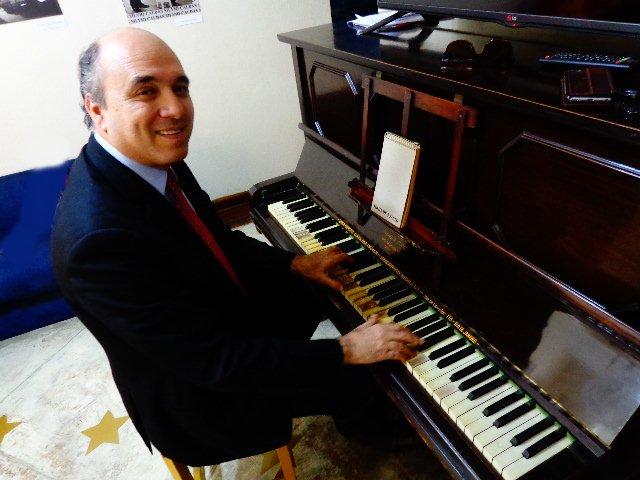 O advogado Juca Novaes demonstra ao piano na Casa dos Trovadores, São Paulo  (Foto: Carlos Bozzo Junior)