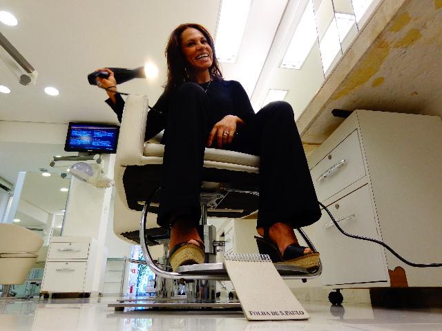 A cabeleireia Gil Almeida no salão onde trabalha (Foto: Carlos Bozzo Junior)
