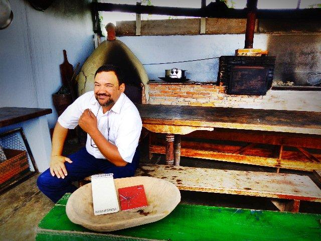 """O músico Rui Torneze de Araújo ouvindo o CD """"Pórva"""", do violeiro Paulo Freire (Foto: Carlos Bozzo Junior)"""