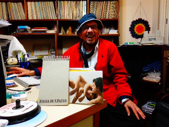 """O compositor Tom Zé ouvindo o CD """"Dois tempos de um lugar"""", de Dandara e Paulo Monarco (Foto: Carlos Bozzo Junior)"""