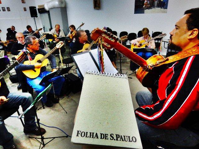 Ensaio da Orquestra Paulistana de Viola Caipira, à direita o mestro Rui Torneze (Foto: Carlos Bozzo Junior)