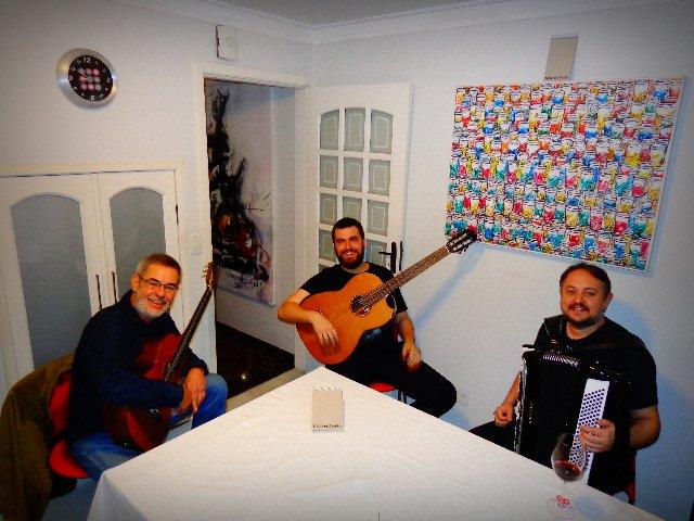 Da esquerda para a direita, Marco Pereira (violão), Guto Wirtti (baixolão) e Bebê Kramer (acordeon), que fazem dois shows em São Paulo (Foto: Carlos Bozzo Junior)