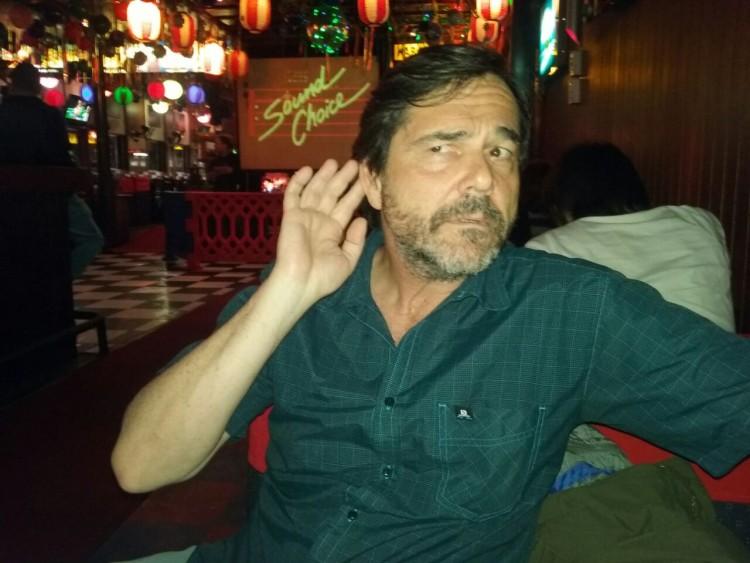 O autor do blog, no karaokê da Chopperia Liberdade (Foto: Carlos Bozzo Junior)