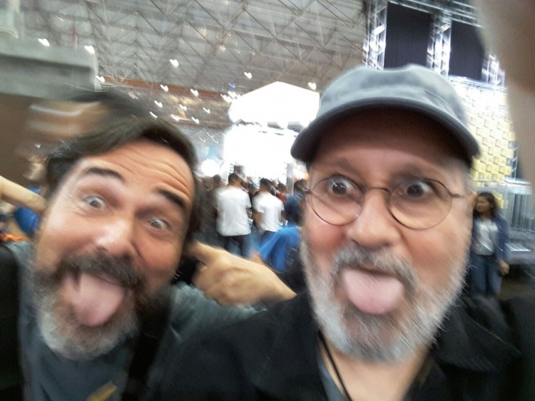 À esquerda o autor do blog com o guitarrista Natan Marques, ambos em meio ao ruído insuportável do evento (Foto: Carlos Bozzo Junior)