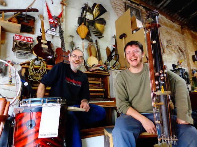 O marceneiro Ruben Pagani e o luthier Cadoz Bandeira, à direita (Foto: Carlos Bozzo Junior)