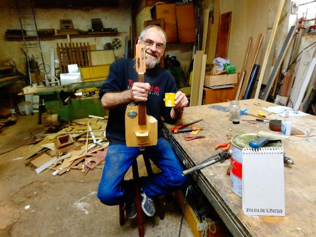 O uruguaio Ruben Pagani e um de seus instrumentos (Foto: Carlos Bozzo Junior)