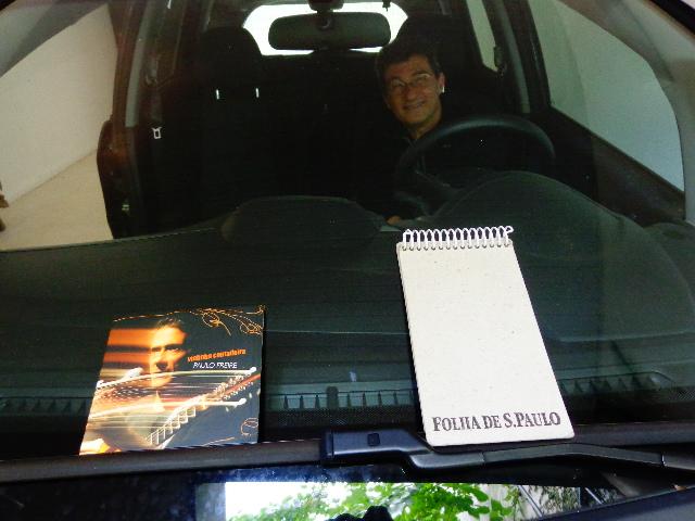 """O compositor Hélio Ziskind no seu carro, ouvindo o CD """"Violinha Contadeira"""", de Paulo Freire (Foto: Carlos Bozzo Junior)"""