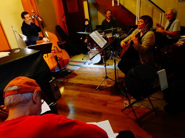A cantora Marlui Miranda ensaiando acompanha por seu grupo de excelentes músicos (Foto: Carlos Bozzo Junior)