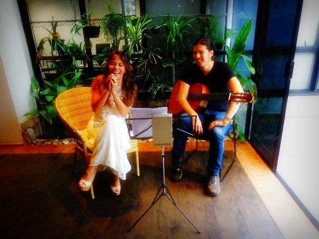 A cantora maranhense Cecília Leite e o violonista Tadeu Ramos em entrevista ao Música em Letras(Foto: Carlos Bozzo Junior)