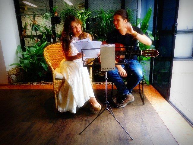 A compositora e cantora Cecília Leite e o violonista Tadeu Ramos gravando, com exclusividade, para o Música em Letras (Foto: Carlos Bozzo Junior)