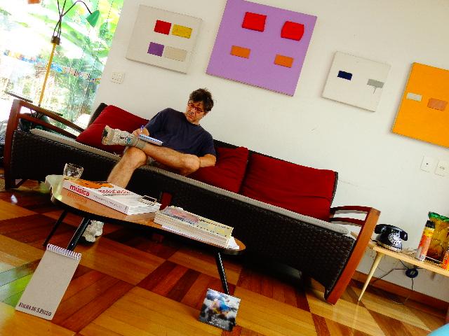 """Guga Stroeter na sala de sua casa, em São Paulo ouvindo o CD """"Trios"""" (Foto: Carlos Bozzo Junior)"""