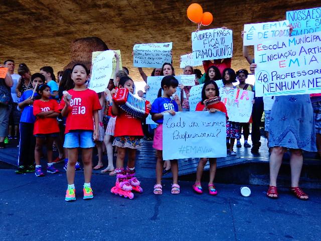 Crianças, pais, professores e ex-alunos da EMIA (Escola Municipal de Iniciação Artística) protestaram hoje na frente do MASP (Foto: Carlos Bozzo Junior)