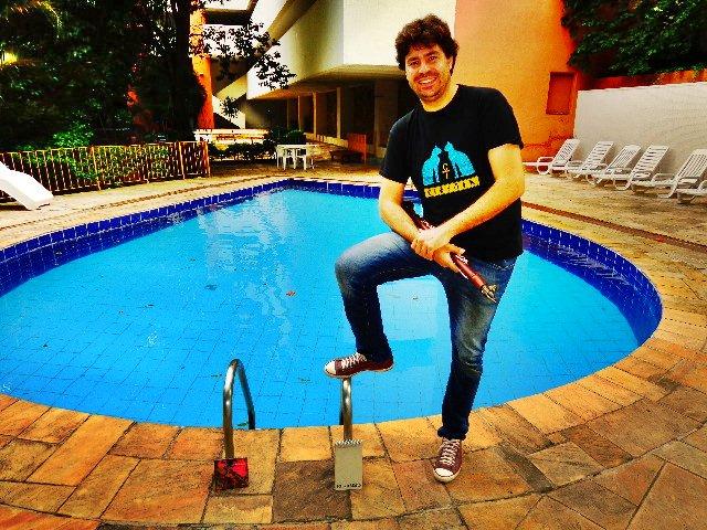 O compositor e instrumentista Alê Ribeiro na piscina de onde mora, em São Paulo (Foto: Carlos Bozzo Junior)