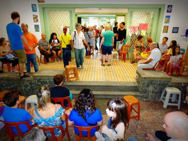 Pais, professores, alunos e ex-alunos da EMIA (Escola Municipal de Iniciação Artística) organizando-se para a assembleia realizada hoje (Foto Carlos Bozzo Junior)