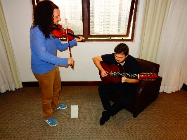 O violinista Ricardo Herz e o violonista Yamandu Costa