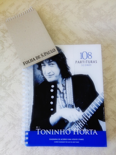 "Capa do songbook ""108 Partituras"", de Toninho Horta"