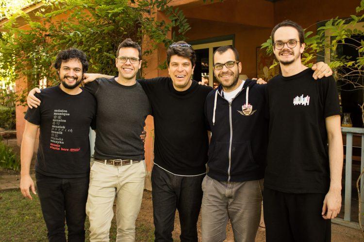 Da esquerda para a direita, o violonista Gian Correa, o acordionista Guilherme Ribeiro. o baterista Edu Ribeiro, o trompetista Rubinho Antunes e o contrabaixista Bruno Migotto