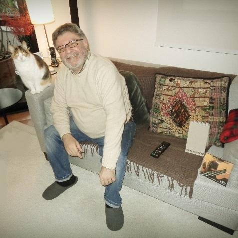 Paulo Porto Alegre e a gata Billie Holiday